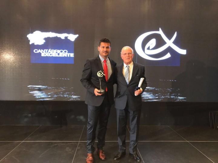 thumbnail_Manel Muñoz y Javier Iribarren con el galardón recibido